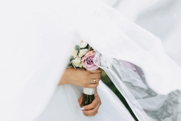 bride-holds-wedding-bouquet(1)